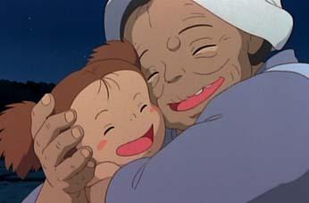 メイを抱きしめるおばあちゃん