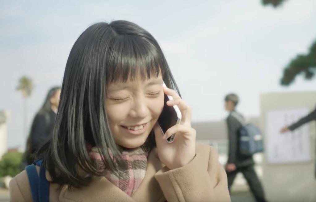 電話をする齋藤真緒