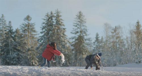 雪の中で遊ぶカップル