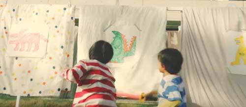布団に貼られた怪獣の絵