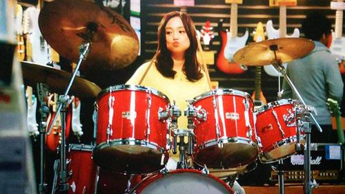 ドラムを叩く永作博美