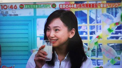 甘酒を飲む永作博美