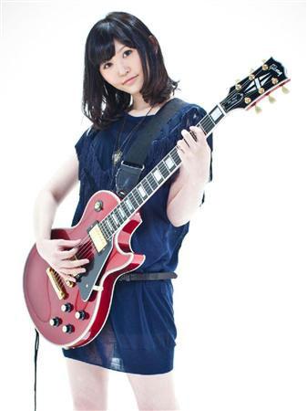 ギターを演奏する小原莉子
