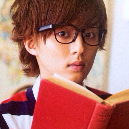 メガネをかけた藤ヶ谷太輔