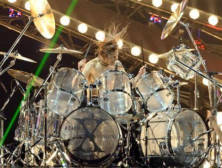 ドラムを叩くYOSHIKI