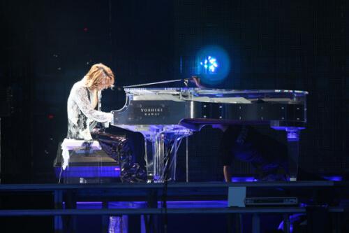 ピアノを弾くYOSHIKI