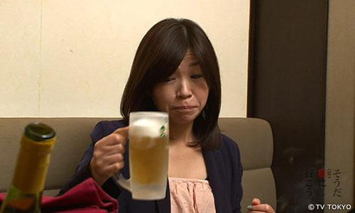 お酒を飲む大久保佳代子